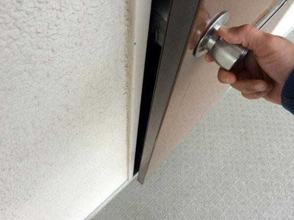 玄関のドアを開ける様子